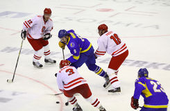 Is-hockey modiga Ukraina vs Polen Arkivbilder