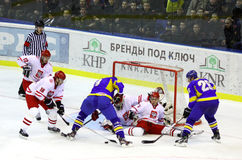 Is-hockey modiga Ukraina vs Polen Arkivbild