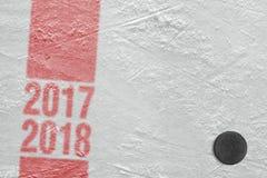Hockey-Puck auf Eis, Jahreszeit 2017-2018 Stockbild