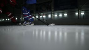 Hockey que juega de dos mangos en pista de hielo hockey dos jugadores de hockey que luchan para el duende malicioso almacen de metraje de vídeo