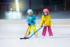 Hockey sobre hielo del juego de niños Embroma deporte de invierno imagen de archivo libre de regalías