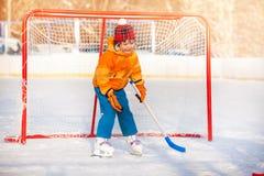 Hockey sobre hielo del juego del portero del niño pequeño Imagenes de archivo
