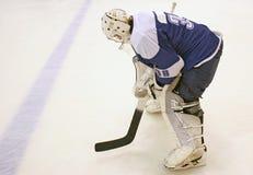 Hockey sobre hielo del portero en el hielo con un palillo Fotografía de archivo