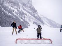 Hockey sobre hielo en Lake Louise congelado en Banff Foto de archivo