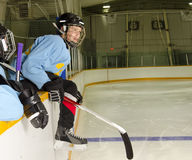 Hockey-Spieler betriebsbereit zu spielen lizenzfreie stockbilder