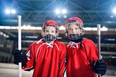 Hockey su ghiaccio - giocatori dei ragazzi del ritratto fotografie stock