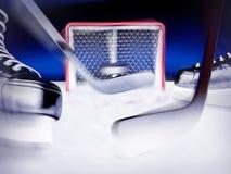 Hockey su ghiaccio Il disco vola nello scopo Fotografia Stock Libera da Diritti