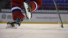 Hockey su ghiaccio Il giocatore di hockey fa accelera sul ghiaccio prima della macchina fotografica al rallentatore stock footage
