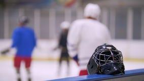 Hockey su ghiaccio Primo piano dei pattini dell'hockey Il giocatore di hockey fa il frenaggio sul ghiaccio stock footage