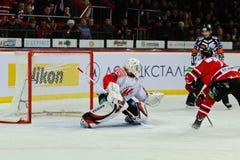 Hockey su ghiaccio vicino ai giocatori Metallurg (Novokuzneck) e Donbass (Donec'k) del portone Fotografie Stock Libere da Diritti
