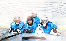 Hockey-Team, das auf Eisring nach dem Spiel legt stockbilder