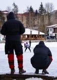 hockeycompetities spelers van één team die op de tegenstander letten stock afbeeldingen