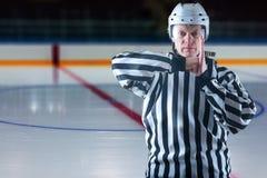 Hockeydomaren visar ett straff Royaltyfri Foto