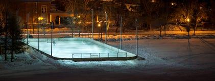 Hockeyeisbahn im Freien auf einem Gebiet nachts stockbild