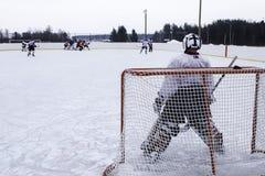 Hockeykeeper die op aanval wachten royalty-vrije stock afbeeldingen