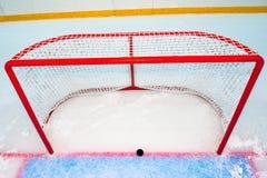 Hockeymål med pucken på röd linje Arkivbild