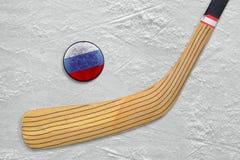 Hockeypinne och puck på den ryska hockeyisbanan Fotografering för Bildbyråer