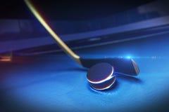 Hockeypinne och puck på isisbanan Arkivbilder