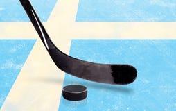 Hockeypinne och Puck With Sweden Flag på is Fotografering för Bildbyråer