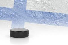 Hockeypuck och den finlandssvenska flaggan Royaltyfri Bild