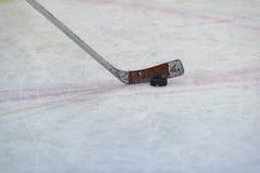 Hockeypuck och pinne Fotografering för Bildbyråer