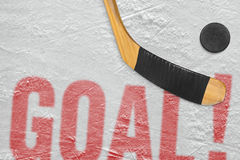 Hockeypuck och pinne på isen, målet Royaltyfria Foton