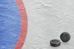 Hockeypucks en een fragment van het keeper` s gebied stock afbeeldingen