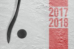 Hockeyschläger und Waschmaschine auf Eis, Jahreszeit 2017-2018 Lizenzfreie Stockfotografie