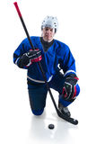 Hockeyspelare i knäposition Royaltyfria Bilder