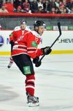 Hockeyspelare med en stick på isen Royaltyfri Bild