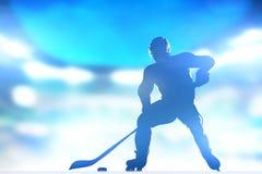 Hockeyspelare som åker skridskor med en puck i arenalighs royaltyfria bilder