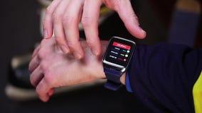 Hockeyspelare som kontrollerar aktivitet på smartwatch arkivfilmer
