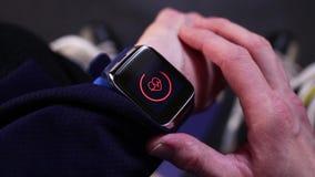 Hockeyspelare som kontrollerar hjärtahastighet på smartwatch, innan utbildning stock video