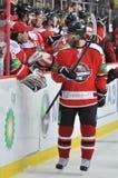 Hockeyspelare som ler hans lagmate Royaltyfri Bild