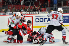 Hockeyspelare som slåss för pucken Royaltyfria Bilder
