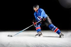 Hockeyspelare som vänder runt om att åka skridskor på is Royaltyfria Bilder