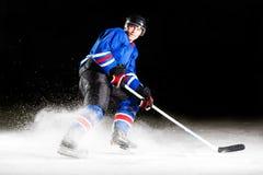 Hockeyspelare som vänder runt om att åka skridskor på is Royaltyfri Foto