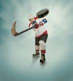 Hockeyspelaren ger det kraftiga passerandet Arkivfoton
