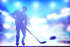 Hockeyspelareskytte på mål i arenanattligh royaltyfri bild