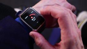 Hockeyspeler die activiteit controleren op smartwatch stock footage