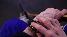 Hockeyspeler die activiteit controleren op smartwatch stock video