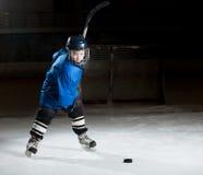Hockeyspeler klaar om een sterk schot te maken Stock Afbeelding