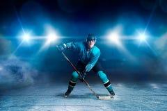 Hockeyspeler met stok op ijs, spelconcept royalty-vrije stock fotografie