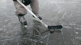 Hockeyspeler op het ijs stock afbeeldingen