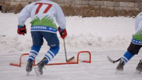 Hockeyspiel Skispuren im Schnee Karosserie parts stock video