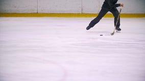 Hockeyspieler führt den Kobold und den Betrieb auf dem Eis während des Hockeymatches Laufen in Richtung zur Kamera stock video footage