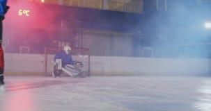 Hockeyspieler führt einen Angriff auf dem Ziel des Gegners durch und schießt ein Tor in der Verlängerung Der Spieler holt Sieg zu stock video