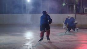 Hockeyspieler führt einen Angriff auf dem Ziel des Gegners durch und schießt ein Tor in der Verlängerung Der Spieler holt Sieg zu stock video footage