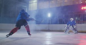 Hockeyspieler f?hrt einen Angriff auf dem Ziel des Gegners durch und schie?t ein Tor in der Verl?ngerung Der Spieler holt Sieg zu stock video