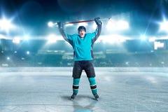 Hockeyspieler hob seine Hände oben, Sieger an lizenzfreies stockfoto